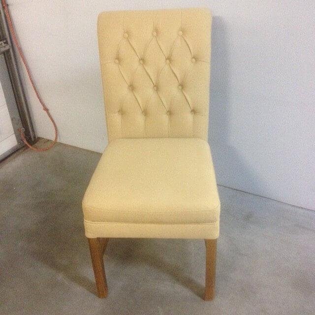 gecapitonneerde stoel in verschillende kleuren stof en poten ook in diverse kleuren