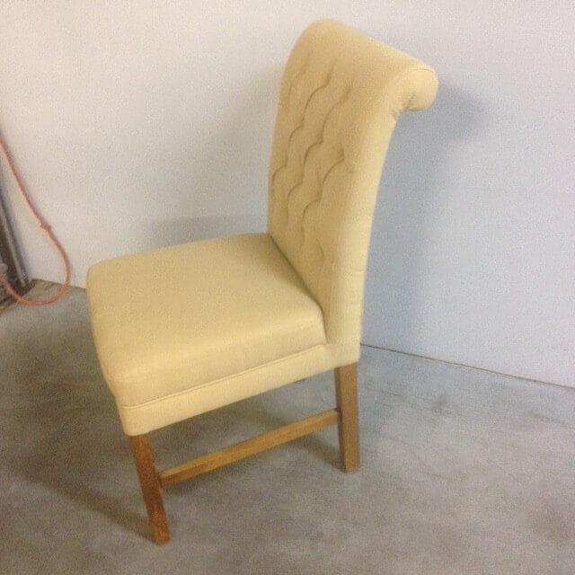 landelijke stoel met knopen in verschillende kleuren en poten kleur mogelijkheid