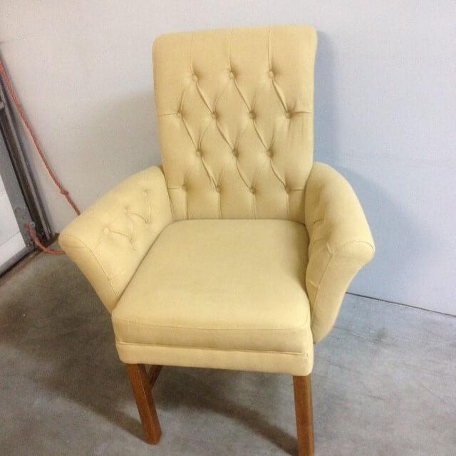 armleun stoel met capiton verschillende kleuren stof en poten ook diverse kleuren
