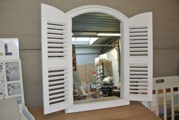 Spiegel Met Deurtjes : Spiegel inhout met louvre deurtjes wit meubel en decoratiehuis
