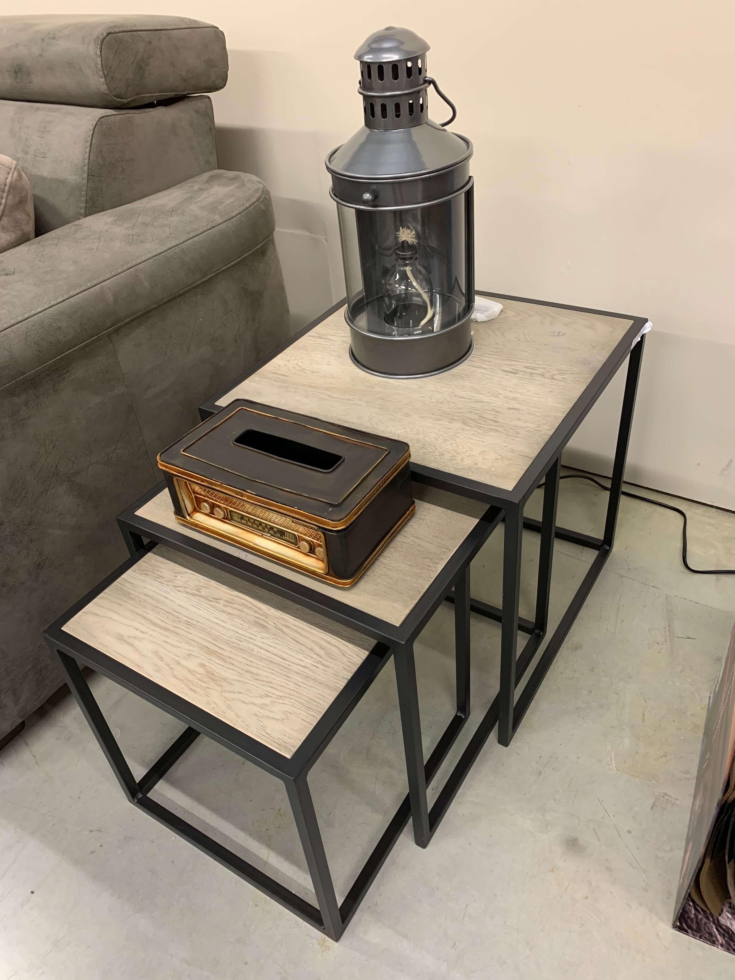 Metalen frame bij zet tafeltjes met eiken boven blad