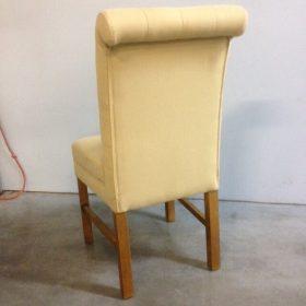 achterkant stoel met knopen en koprol met biezen afgewerkt